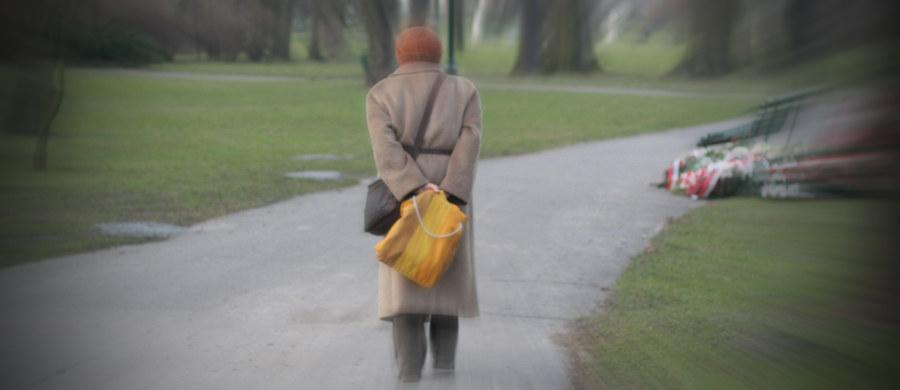 """Osoby starsze, które dają się nabierać i wykorzystywać metodami """"na wnuczka"""" czy """"na policjanta"""" nie różnią się szczególnie od innych, w podobnym wieku, które są odporne na takie oszustwa - przekonują naukowcy z Cornell University i  York University w Toronto. Wyniki ich badań, opublikowane na łamach czasopisma """"The Journals of Gerontology"""" wskazują, że ofiary takich przestępstw nie są szczególnie naiwne, rozkojarzone czy zapominalskie, po prostu ich mózg nieco inaczej pracuje. Kluczowe okazuje się osłabienie połączeń między istotnymi rejonami mózgu."""