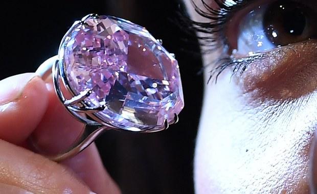 """""""Różowa Gwiazda"""", czyli największy różowy diament na świecie, został sprzedany w Hong Kongu za 71,2 milionów dolarów. Tym samym ustanowiony został nowy rekord świata, jeśli chodzi oceny osiągane podczas aukcji kamieni szlachetnych."""