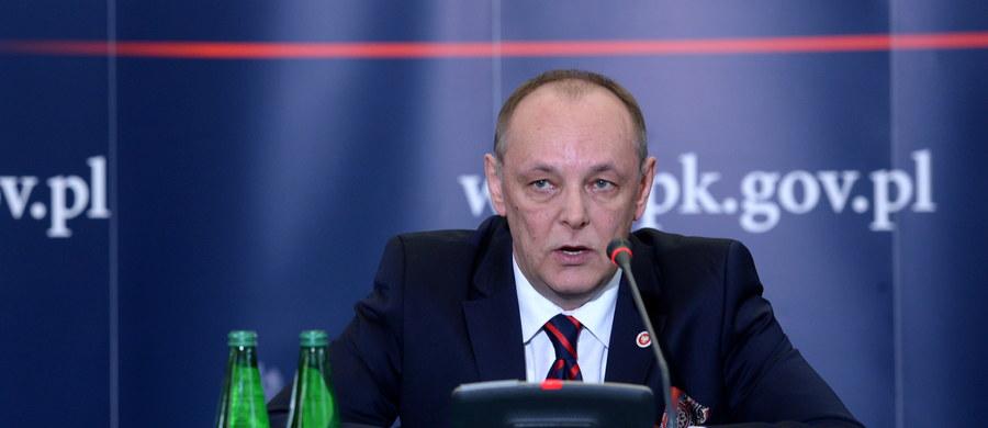 """Rosyjscy kontrolerzy lotów ze Smoleńska zapewniali pilotów Tu-154, że są """"na kursie i ścieżce"""", choć z powodu awarii sprzętu nie widzieli samolotu na radarze. Zezwalając na podejście, mieli więc świadomość, że może dojść do katastrofy - mówi PAP wiceprokurator generalny Marek Pasionek. """"Na tym polega umyślność działań i dlatego prokuratura zmieniła wobec nich zarzuty"""" - ujawnił."""