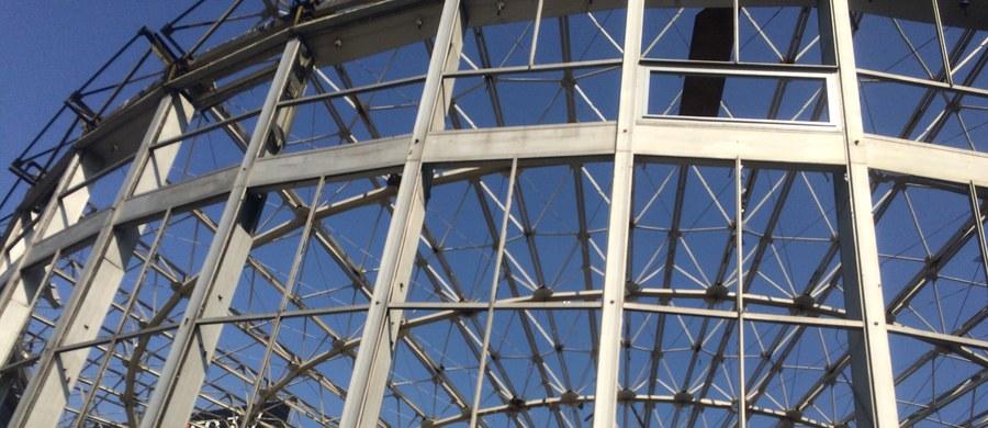 Rozpoczął się drugi etap rozbiórki warszawskiej Rotundy - jednego z najbardziej charakterystycznych budynków w centrum stolicy. Na dwa tygodnie prace wstrzymał stołeczny konserwator, bo w środku odkryto elementy oryginalnej konstrukcji. W środowe popołudnie na miejscu swoją pracę rozpoczął zespół powołany przez stołecznego konserwatora zabytków i właściciela budynku, który ocenia stan budynku. Niebawem pojawią się tam robotnicy.