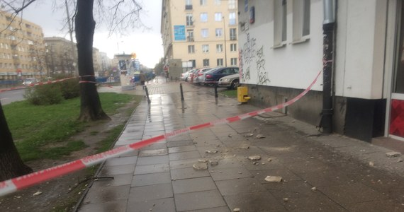 Utrudnienia na warszawskim Mokotowie. Z kamienicy przy alei Niepodległości - obok stacji metra Racławicka - odpadł betonowy kawałek elewacji i rozłupał się na chodniku i jezdni. Nikomu nic się nie stało.