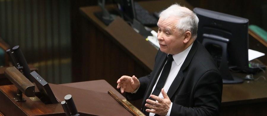 """Ubrał się diabeł w ornat i ogonem na mszę dzwoni - w ten sposób prezes Prawa u Sprawiedliwości Jarosław Kaczyński odniósł się do wystąpienia lidera Platformy Obywatelskiej Grzegorza Schetyny, który uzasadniał w Sejmie wniosek o wotum nieufności dla rządu. Kaczyński dodał, że miał wrażenie, iż atakując PiS, Schetyna mówił o czasach rządów Platformy. Jak podkreślił, PiS nie zrezygnuje z """"naprawy Rzeczpospolitej""""."""