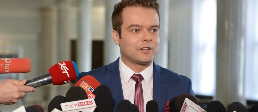 """""""Dzisiaj nastawialiśmy się na merytoryczną dyskusję; niestety z zażenowaniem obserwowaliśmy wystąpienia liderów opozycji, którzy byli wręcz nieprzygotowani"""" - powiedział po głosowaniu nad wotum nieufności wobec gabinetu Beaty Szydło rzecznik rządu, Rafał Bochenek. Wniosek zgłoszony przez PO został odrzucony w głosowaniu."""