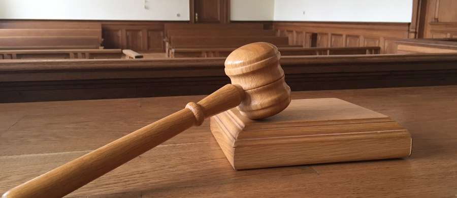 """W poniedziałek sąd podejmie decyzję ws. przedłużenia aresztu Piotrowi P. - zapowiedział rzecznik Sądu Apelacyjnego w Szczecinie. Podejrzany to były oficer Wojskowych Służb Informacyjnych, który jest głównym podejrzanym w aferze SKOK Wołomin. Gorzowska prokuratura uważa, że żaden z wątków sprawy Piotra P. nie jest """"pobocznym"""". Obawia się ona, że uchylenie aresztu wobec P. może zakończyć się jego ucieczką z kraju i paraliżem prowadzonych śledztw."""