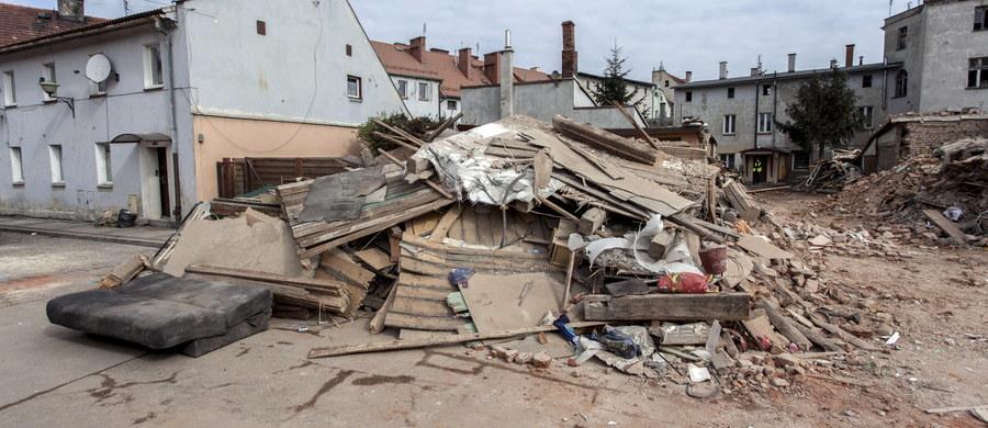 W poniedziałek zostaną wypłacone zasiłki celowe do 6 tys. zł dla 5 rodzin poszkodowanych w wyniku katastrofy budowlanej w Świebodzicach. To pierwsza pomocy finansowa dla poszkodowanych. W sobotę w wyniku zawalenia się kamienicy zginęło 6 osób, a 4 zostały ranne. Świdnicka prokuratura kontynuuje oględziny miejsca katastrofy budowlanej. W mieście trwa trzydniowa żałoba po śmierci sześciu osób, które w sobotę zginęły pod gruzami kamienicy.