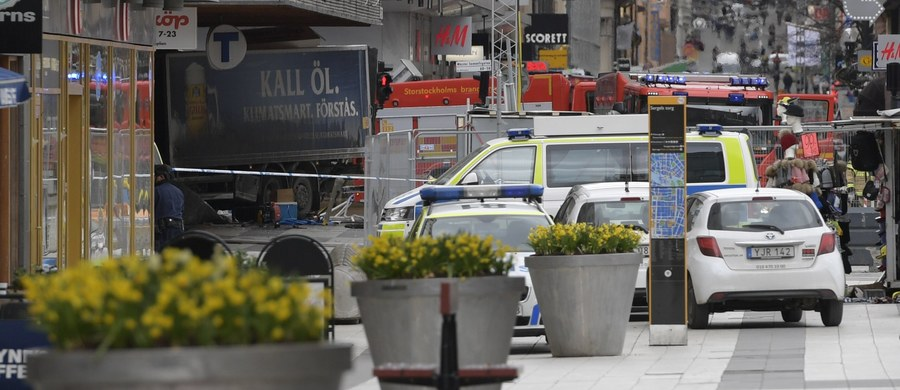 """W samo południe Szwedzi minutą ciszy upamiętnią ofiary piątkowego zamachu w centrum Sztokholmu. 39-letni Uzbek skradzioną ciężarówką wjechał w tłum na ruchliwej ulicy Drottninggatan. Zginęły wtedy cztery osoby, w szpitalach nadal przebywa 9 rannych. Zamachowiec został zatrzymany kilka godzin później w Märsta. Policję zaalarmowali ludzie zaniepokojeni """"dziwnym"""" zachowaniem mężczyzny. Był poraniony, miał mówić: To ja to zrobiłem!"""