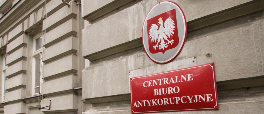 Jeszcze dziś dwie osoby zatrzymane przez Centralne Biuro Antykorupcyjne w związku ze sprawą byłego senatora Józefa Piniora usłyszą zarzuty o charakterze korupcyjnym - poinformował naczelnik wydziału zamiejscowego PK w Poznaniu prok. Piotr Baczyński.