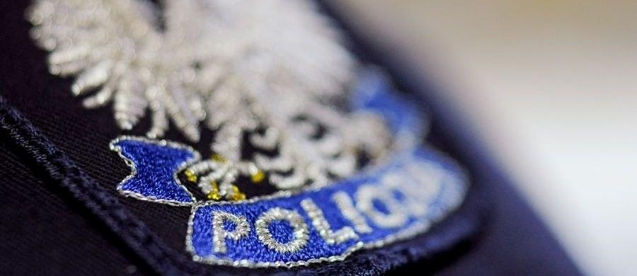 Sześć osób, w tym dwóch policjantów, zostało aresztowanych w związku z aferą w komendzie stołecznej policji - dowiedział się reporter RMF FM. Chodzi o przekazywanie pomocy drogowej informacji o wypadkach i kolizjach przez funkcjonariuszy pracujących na stanowisku kierowania.