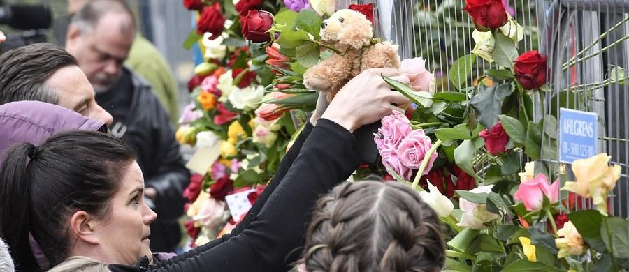 W samo południe Szwedzi w całym kraju minutą ciszą uczcili pamięć ofiar piątkowego zamachu w centrum Sztokholmu. 39-latek z Uzbekistanu kradzioną ciężarówką wjechał w tłum na ulicy Drottninggatan. Zginęły cztery osoby: turystka z Belgii, Brytyjczyk pracujący w Spotify i dwie Szwedki. Jedną z nich była 11-letnia dziewczynka. Rannych zostało 14 osób, 9 z nich nadal przebywa w szpitalach.