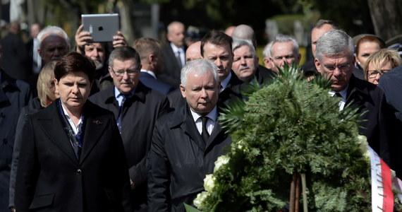 """Krakowska prokuratura uznała, że 18 marca nie doszło do znieważenia Jarosława Kaczyńskiego na Wawelu, i odmówiła wszczęcia śledztwa w tej sprawie - poinformował rzecznik Prokuratury Okręgowej w Krakowie prok. Janusz Hnatko. Chodzi o okrzyki, jakie kierowane były pod adresem prezesa PiS. Prokuratura stwierdziła, że """"można je ocenić co najwyżej jako wyraz dezaprobaty i negatywnej oceny jego osoby lub lekceważenie, ale nie jako znieważenie w rozumieniu prawa karnego""""."""