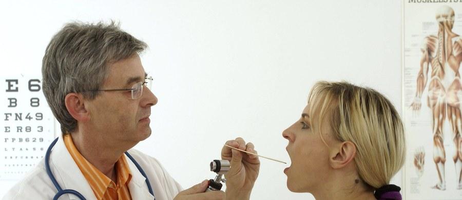 Pozornie niegroźna chrypka może być objawem poważnych chorób, a nawet świadczyć o rozwoju nowotworu krtani. Nie można jej lekceważyć! Grupą najbardziej narażoną zarówno na chrypkę, jak i inne zmiany w obrębie krtani są palacze, którzy regularnie sięgają po papierosy dłużej niż 10 lat.