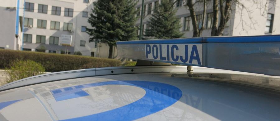 Niepełnosprawny 7-letni chłopiec wypadł z okna na 3. piętrze jednego z mieszkań przy alei Broni w Biskupcu w województwie warmińsko-mazurskim. Jego stan jest ciężki.