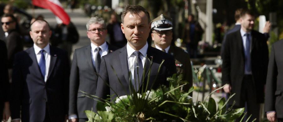 """""""Trzeba powiedzieć jedno: kiedy spojrzymy na tamten czas, na następne lata, to z przykrością cisną się na usta słynne słowa tamtego ministra: 'państwo polskie istnieje tylko teoretycznie'. To właśnie ówczesna władza jasno i wyraźnie pokazała"""" - mówił prezydent Andrzej Duda w wystąpieniu przed Pałacem Prezydenckim, wygłoszonym w ramach uroczystości w 7. rocznicę katastrofy smoleńskiej. W emocjonalnym przemówieniu Duda nie stronił od zdecydowanych sądów. """"Szef BOR-u po tragedii smoleńskiej dostał awans generalski (…). Awans, a nie dymisja? Czy to nie jest szyderstwo?"""" - pytał. W innym fragmencie wystąpienia stwierdził, że na Krakowskim Przedmieściu w Warszawie powinny stanąć dwa smoleńskie pomniki: upamiętniający wszystkie ofiary tragedii 10 kwietnia i upamiętniający prezydenta Lecha Kaczyńskiego. """"Zapewniam wszystkich, że pomnik pana prezydenta (…) z całą pewnością Warszawę upiększy"""" - zapowiedział."""