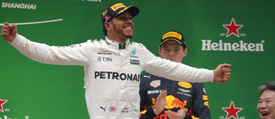 """Wicemistrz świata Formuły 1 Lewis Hamilton powalczy 15 kwietnia w Bahrajnie o siódme kolejne pole position. """"Ayrton Senna miał osiem z rzędu i chcę go dogonić"""" - powiedział kierowca teamu Mercedes GP."""