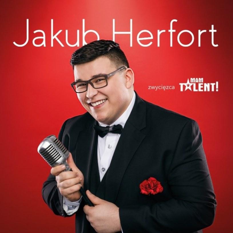 Debiut Jakuba Herforta to jedna z tych płyt, których można słuchać z przyjemnością, ale trudno je obronić. To nic więcej niż próba wyciągnięcia pieniędzy z portfeli słuchaczy. Gorzej, że trudno winić tu niedoświadczonego w show-biznesie gospodarza.