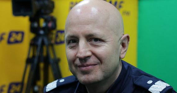 """""""Bezpieczeństwo na drogach w Polsce ciągle pozostawia bardzo wiele do życzenia"""" - stwierdził w Porannej rozmowie w RMF FM Komendant Główny Policji, nadinspektor Jarosław Szymczyk. """"Nie jest dla mnie kwestią istotną, ile mandatów będzie wystawione. Dla mnie liczy się poziom bezpieczeństwa.  Policjanci mają być aktywni na drodze. Mają ujawniać tych, którzy łamią przepisy"""" - dodał. """"Nie stoimy w krzakach. To nie jest model pełnienia służby, który gwarantuje bezpieczeństwo na drodze"""" - podkreślił. """"Mamy świadomość tego, że wielu mieszkańców nie zna swojego dzielnicowego. Od początku mojej współpracy z kierownictwem MSWiA staramy się ten stan rzeczy odmienić. Chcemy, żeby policjanci byli bliżej ludzi. Dzielnicowy to jest jeden z elementów tego zbliżania. To jest policjant pierwszego kontaktu"""" - tłumaczył gość Roberta Mazurka. """"Nie ostrzegam innych kierowców przed patrolami. To jest wykroczenie - nadużywanie świateł drogowych"""" - przyznał Szymczyk. """"Wyobraźmy sobie osobę, która jedzie kradzionym pojazdem albo taką sytuację, że w tym pojeździe jest przewożona osoba uprowadzona. Nie do końca jest to dobre rozwiązanie"""" - dodał. """"Tak naprawdę jest jeden bardzo prosty sposób na to, żeby nie być zatrzymywanym, nie płacić mandatów. Po prostu wystarczy nie popełniać wykroczeń i jeździć zgodnie z przepisami"""" – stwierdził."""