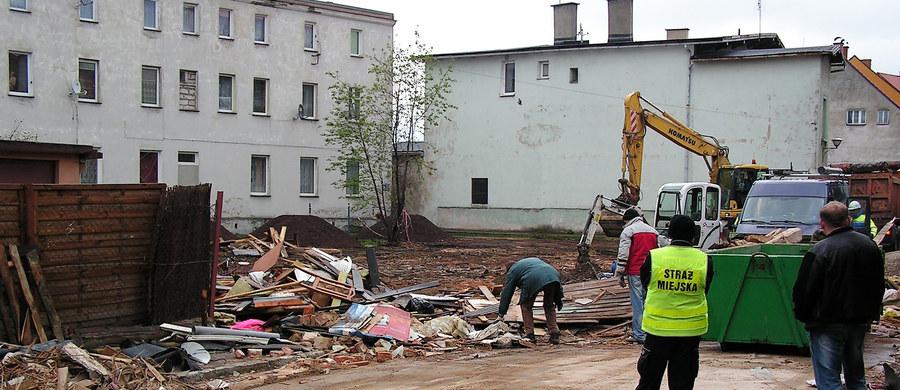Wezwani na miejsce katastrofy budowlanej w Świebodzicach policyjni pirotechnicy stwierdzili, że znaleziony tam pocisk moździerzowy to granat ćwiczebny, który nie zawiera materiałów wybuchowych – poinformował rzecznik Prokuratury Okręgowej w Świdnicy Tomasz Orepuk. Na skutek zawalenia się budynku zginęło 6 osób, a 4 zostały ranne. Premier Beata Szydło przyznała renty specjalne, które otrzymają cztery osoby.