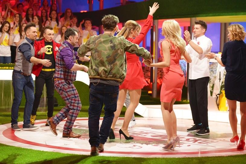 """Jak bawią się gwiazdy disco polo do własnych przebojów? Widzowie telewizyjnej Dwójki mieli okazję przekonać się o tym w siódmym odcinku programu """"Kocham Cię, Polsko!""""."""