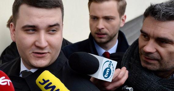 """""""Złożyłem oświadczenie o rezygnacji z członkostwa w PiS"""" - oświadczył Bartłomiej Misiewicz, który zeznawał przed partyjną komisją wyjaśniającą stawiane mu zarzuty i okoliczności powoływania go na pełnione funkcje. """"Chciałbym przeprosić wszystkich Polaków za to, że muszą oglądać ten żenujący spektakl"""" - dodał opuszczając siedzibę PiS przy ulicy Nowogrodzkiej w Warszawie. Przed przesłuchaniem były rzecznik MON i szef szef gabinetu politycznego Antoniego Macierewicza pytał dziennikarzy: """"Gdzie młodzi mają nauczyć się warsztatu, żeby skutecznie pracować dla Polski?"""". Przed komisją powołaną przez Jarosława Kaczyńskiego pojawił się też Antoni Macierewicz. Spędził w siedzibie PiS około dwie godziny."""