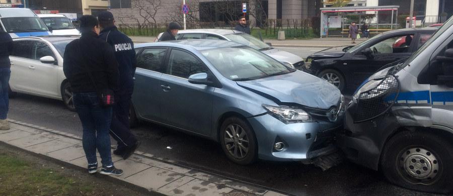 Karambol z udziałem radiowozu na warszawskiej Ochocie. Cztery osoby zostały ranne po zderzeniu radiowozu i sześciu innych samochodów. Ulica Bitwy Warszawskiej jest zablokowana od Ronda Zesłańców Syberyjskich do ulicy Grójeckiej.