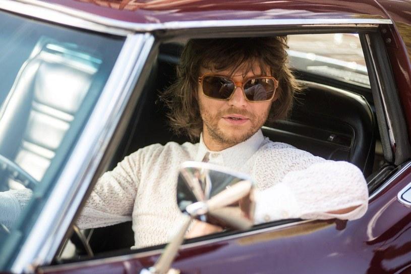 """Piłkarska legenda, playboy, miłośnik pięknych kobiet i szybkich samochodów - Jan Banaś - to bohater filmu """"Gwiazdy"""" Jana Kidawy-Błońskiego, który trafi na ekrany kin 12 maja."""