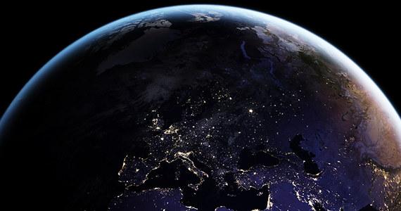 NASA opublikowała najnowsze satelitarne zdjęcia Ziemi nocą i przekonuje, że w przyszłości podobne obrazy, aktualizowane na bieżąco będą istotnym elementem monitorowania zmian naszej cywilizacji. Tego typu zdjęcia budzą zainteresowanie naukowców i opinii publicznej już od ćwierć wieku, poprzednio udostepniony zestaw pochodził z 2012 roku. Najnowsze obrazy, zebrane przez sondę NPP (NASA-NOAA Suomi National Polar-orbiting Partnership) w 2016 roku poddano obróbce, która sprawiła, że światła na Ziemi widać zdecydowanie bardziej dokładnie.