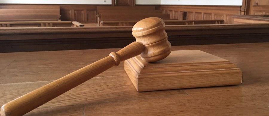 Na kary więzienia  - od 1 roku i 2 miesięcy do 1 roku i 8 miesięcy - skazał łódzki sąd trzech mężczyzn, którzy pobili obywatela Pakistanu ze względu na jego przynależność narodową i wyznaniową. Do ataku doszło w styczniu tego roku w Ozorkowie koło Łodzi.