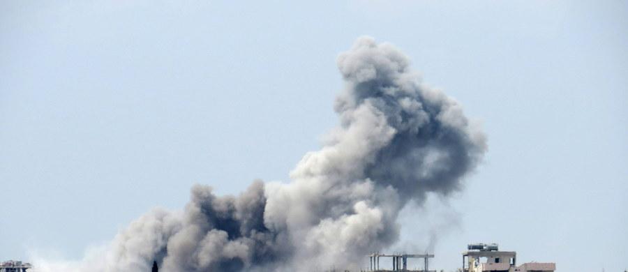 Syryjska armia oskarżyła Stany Zjednoczone o zbombardowanie dzień wcześniej składu broni chemicznej należącego do dżihadystów z Państwa Islamskiego - podała syryjska TV. Ulatniające się substancje miały zabić setki osób, w tym wielu cywilów. Dowodzona przez USA koalicja zaprzeczyła doniesieniom syryjskiej armii.