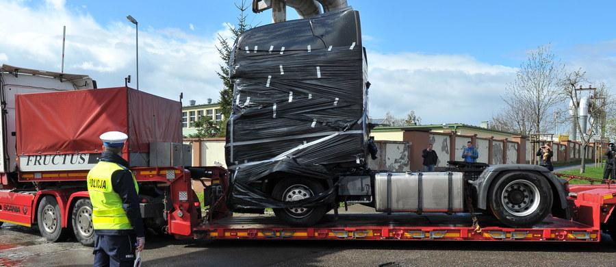 Ciężarówka, wykorzystana do przeprowadzenia zamachu na jarmark bożonarodzeniowy w Berlinie, wróciła do Polski. Niemcy przekazali pojazd polskim śledczym. Prokuratura Krajowa ze Szczecina daje sobie teraz 14 dni na przeprowadzenie szczegółowych badań ciężarówki, w której zamordowany został kierowca Łukasz Urban.