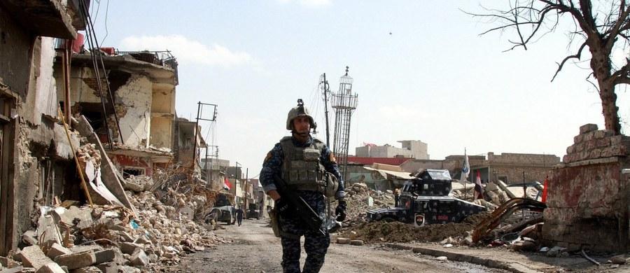 Część mieszkańców na wpół zrujnowanego zachodniego Mosulu, oblężonego od lutego przez wojska irackie, które wcześniej wyzwoliły z rąk dżihadystów wschodnią część miasta, utrzymuje się już tylko dzięki deszczówce i resztkom roślinności.