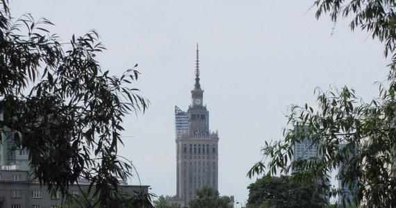 Warszawa pracuje nad projektem uchwały, która ma uregulować zasady obecności reklam w przestrzeni publicznej. Zmiany mają m.in. ograniczyć zamieszczanie jaskrawych wyświetlaczy i ekranów oraz zapobiec zasłanianiu przez reklamy architektury budynków.