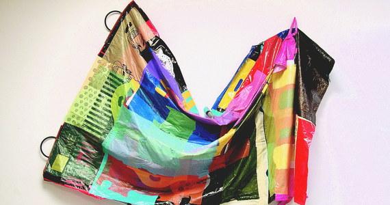 Przekonano nas kiedyś, że plastikowe torebki są bardziej ekologiczne od papierowych, bo pozwalają ratować drzewa, że woda w plastikowych butelkach jest modnym symbolem dobrobytu, najwyższy czas zmienić to przekonanie - mówi RMF FM Dianna Cohen artystka i aktywistka na rzecz ograniczenia zużywanego przez nas plastiku. Artystka z Los Angeles, która od 28 lat tworzy prace głównie z... jednorazowych torebek plastikowych, przyznaje, że tworzywa sztuczne to znakomity materiał, zbyt cenny, by tworzyć z nich przedmioty jednorazowego użytku. Tym bardziej, że po wyrzuceniu zatruwają środowisko już na zawsze.