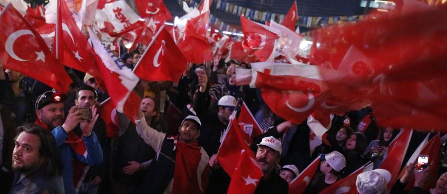 Niedzielne referendum w Turcji w sprawie zmiany systemu rządów z parlamentarnego na prezydencki nie spełniało międzynarodowych standardów - oceniła w poniedziałek misja obserwatorów z Organizacji Bezpieczeństwa i Współpracy w Europie (OBWE) oraz Rady Europy.