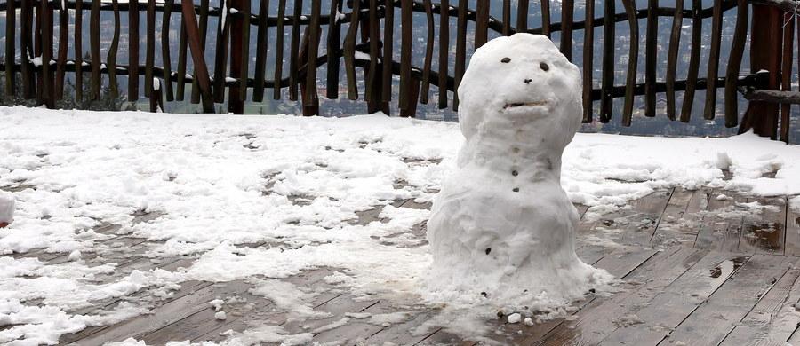 Instytut Meteorologii i Gospodarki Wodnej wydał we wtorek ostrzeżenie dla południowych regionów Polski. Intensywne opady deszczu i zawieje śnieżne będą nam towarzyszyły dziś i jutro rano. Kolejne dni zapowiadają się na szczęście dużo pogodniej.