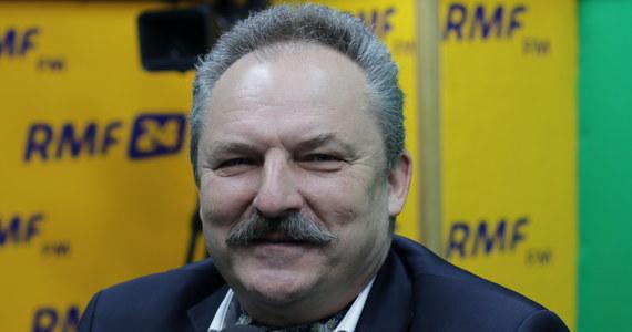 """""""Trzeba trochę delikatności w tym wszystkim. Pan Donald Tusk jest obywatelem Rzeczypospolitej, prokurator wzywa go na przesłuchanie jako świadka i Donald Tusk musi się na nie stawić. Nie róbmy z tego tragedii"""" – powiedział w Porannej rozmowie w RMF FM Marek Jakubiak o jutrzejszym przesłuchaniu w Warszawie, w którym udział weźmie były premier. """"Robi się z tego happening, nie przewidując, że w ten sposób robi się krzywdę Donaldowi Tuskowi"""" – stwierdził poseł Kukiz'15, odnosząc się do zapowiedzi powitania szefa Rady Europejskiej na Dworcu Centralnym w Warszawie. Zdaniem Jakubiaka, Donald Tusk będzie kandydował w wyborach na prezydenta Polski. """"Tuskowi będzie się chciało, i to będzie wynikało z jego odpowiedzialności, którą kreuje się w tej chwili, czyli kreuje się wroga w postaci PiS, ginącą Polskę wobec działań PiS; i tegoż rycerza na białym koniu, który przyjedzie Polskę wyzwolić od tego wszelkiego zła – dodał. Jakubiak odniósł się także do pogłosek o ewentualnej dymisji Antoniego Macierewicza z funkcji szefa MON. """"Minister Macierewicz sam będzie sobie winny. Ja i Paweł Kukiz chwaliliśmy go na początku jego działalności za wielką energię i determinację w tym, żeby armia się odbudowała po tej platformerskiej katastrofie, po totalnym rozbrojeniu Rzeczypospolitej, tylko, że minister idzie za daleko i za szybko, w sposób nieprzewidywalny"""". """"Trzeba zdyscyplinować ministra, albo go zdymisjonować"""" – dodał poseł Kukiz'15, komentując w ten sposób zamieszanie wokół Bartłomieja Misiewicza."""