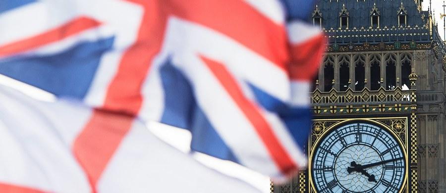 Brytyjska premier Theresa May chce, by 8 czerwca tego roku odbyły się przedterminowe wybory parlamentarne. Podkreśliła, że złoży w tej sprawie wniosek w Izbie Gmin - potrzebuje poparcia 2/3 wszystkich posłów. Poparcie dla wniosku zapowiedziały dwa ugrupowania opozycyjne, Partia Pracy i Liberalni Demokraci.