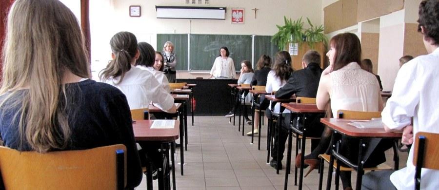 W środę uczniowie ostatniej klasy gimnazjum przystąpią do trzydniowego maratonu egzaminacyjnego, podczas którego zmierzą się z testami sprawdzającymi dotychczasowo zdobytą przez nich wiedzę. Pierwszego dnia, w środę, część humanistyczna, w czwartek - matematyczno-przyrodnicza, a w piątek egzamin z języka obcego nowożytnego.