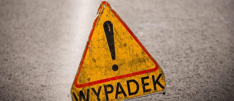 Dziesięć osób zostało poszkodowanych w zderzeniu busa z osobówką na drodze krajowej nr 8 w Cieszycach na Dolnym Śląsku. Na miejscu pracowali strażacy i ratownicy medyczni.