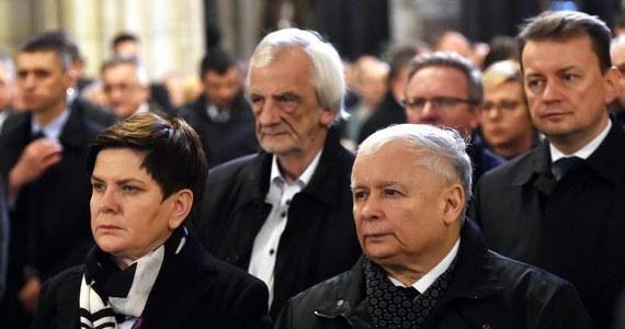 Msza św. w Katedrze na Wawelu była głównym punktem wtorkowych obchodów 7. rocznicy pogrzebu Marii i Lecha Kaczyńskich w Krakowie. Przed mszą Jarosław Kaczyński w towarzystwie premier Beaty Szydło, ministrów i parlamentarzystów PiS złożył wieniec pod pomnikiem św. Jana Pawła II.