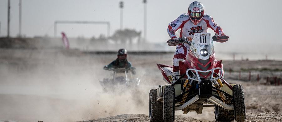 Na starcie Qatar Cross Country Rally wszystkich zawodników czekała spora niespodzianka. Prolog prowadził po błotnistym i pełnym słonej wody torze, zlokalizowanym nieopodal Losail Circuit. Ścigający się co roku na tutejszej pustyni rajdowcy nie przywykli do takich warunków i niejeden stracił przez to cenne sekundy. Rafał Sonik wywalczył drugie miejsce w stawce quadów i prawo do wyboru pozycji startowej przed pierwszym etapem.