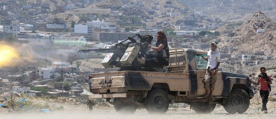 """Wojsko lojalne wobec prezydenta Jemenu Abd ar-Raba Mansura al-Hadiego poinformowało, że """"omyłkowo"""" zestrzeliło śmigłowiec arabskiej koalicji, na którego pokładzie było 12 saudyjskich żołnierzy. Wszyscy zginęli."""