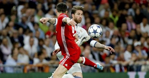 Real Madryt pokonał 4:2 Bayern Monachium i awansował do półfinału Ligi Mistrzów. Mecz toczył się w świetnym, szybkim tempie. W pierwszej połowie przez ponad pół godziny przeważał Real. Po przerwie losy spotkania odwrócił rzut karny zamieniony na bramkę przez Roberta Lewandowskiego, który spędził na boisku 87. minut. Bayern odzyskał wiarę w sukces, a walka o półfinał zakończyła się dopiero w dogrywce. Ten dodatkowy fragment meczu miał już tylko jednego bohatera – Cristiano Ronaldo.