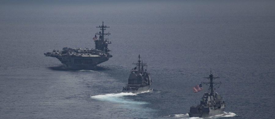 Wbrew zapowiedziom amerykańskie okręty z lotniskowcem USS Carl Vinson, które miały zmierzać w stronę Półwyspu Koreańskiego, popłynęły w drugim kierunku. Media amerykańskie i azjatyckie krytykują najnowsze informacje o położeniu armady USA.