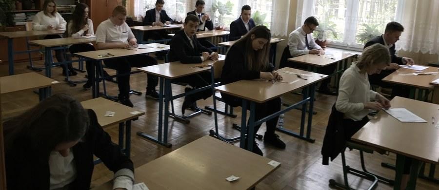 Pierwszy dzień egzaminu gimnazjalnego już dziś. O godzinie 9 około 350 tys. uczniów klas III gimnazjów rozpoczęło pierwszą, humanistyczną częścią egzaminu. To jeden z ostatnich egzaminów gimnazjalnych w historii. Po raz ostatni uczniowie napiszą go za dwa lata, później zostanie zastąpiony egzaminem na koniec 8-letniej szkoły podstawowej.