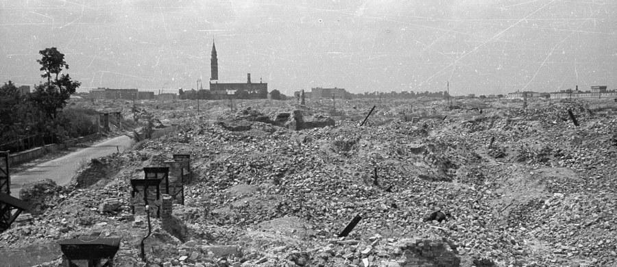 """74 lata temu, 19 kwietnia 1943 roku żydowscy bojownicy z ŻOB i ŻZW stawili zbrojny opór oddziałom niemieckim, które przystąpiły do likwidacji warszawskiego getta. """"Są takie piękne słowa: godność, człowieczeństwo. Tego broniliśmy"""" - mówił o podjętej wtedy walce Marek Edelman, jeden z przywódców powstania."""
