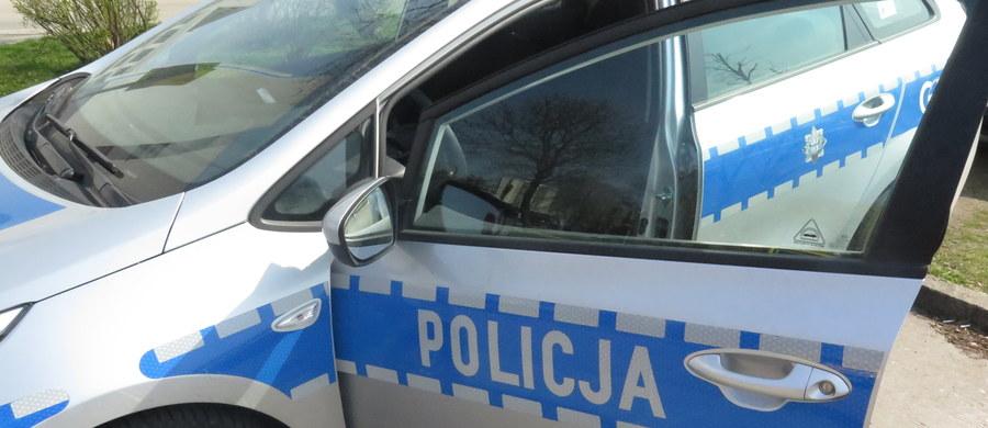 Stołeczni policjanci podjęli interwencję wobec pasażera, który na lotnisku Chopina, nadając bagaż zażartował, że może mieć bombę. Został ukarany mandatami w wysokości 1000 zł, a przedstawiciel linii, którą miał lecieć, nie wpuścił go na pokład samolotu.