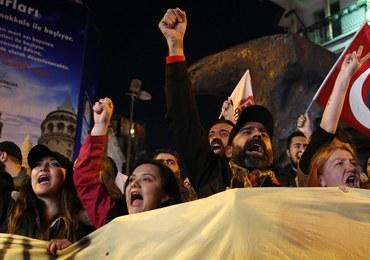 Apele w Turcji o anulowanie referendum. Premier zabrał głos ws. protestów