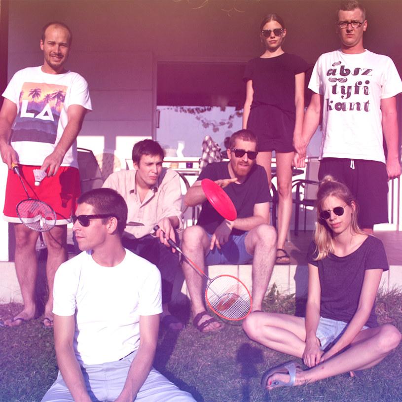 """Jest ich siedmioro, a każdy z nich reprezentuje inny muzyczny świat. New People, bo o nich mowa, wkrótce mogą zawojować polską alternatywę. O formowaniu się składu grupy, tworzeniu debiutanckiej płyty, a także pojawieniu się na ścieżce filmu """"Fanatyk"""" rozmawialiśmy z członkami zespołu."""