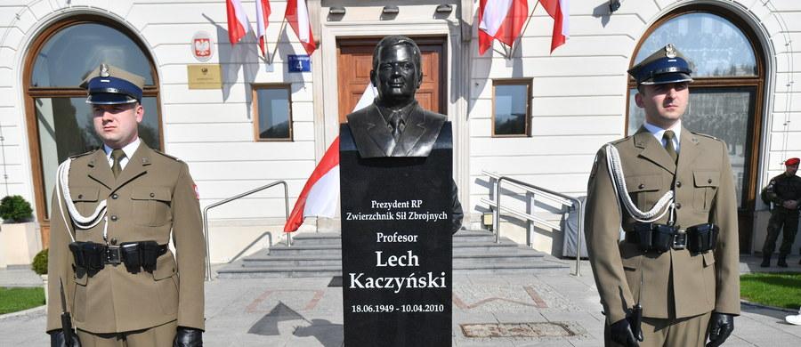 Na żołnierzy stołecznego garnizonu spada wielki obowiązek strzeżenia popiersia prezydenta Lecha Kaczyńskiego, który poległ w obronie Rzeczpospolitej - powiedział podczas obchodów święta Dowództwa Garnizonu Warszawa szef MON Antoni Macierewicz.