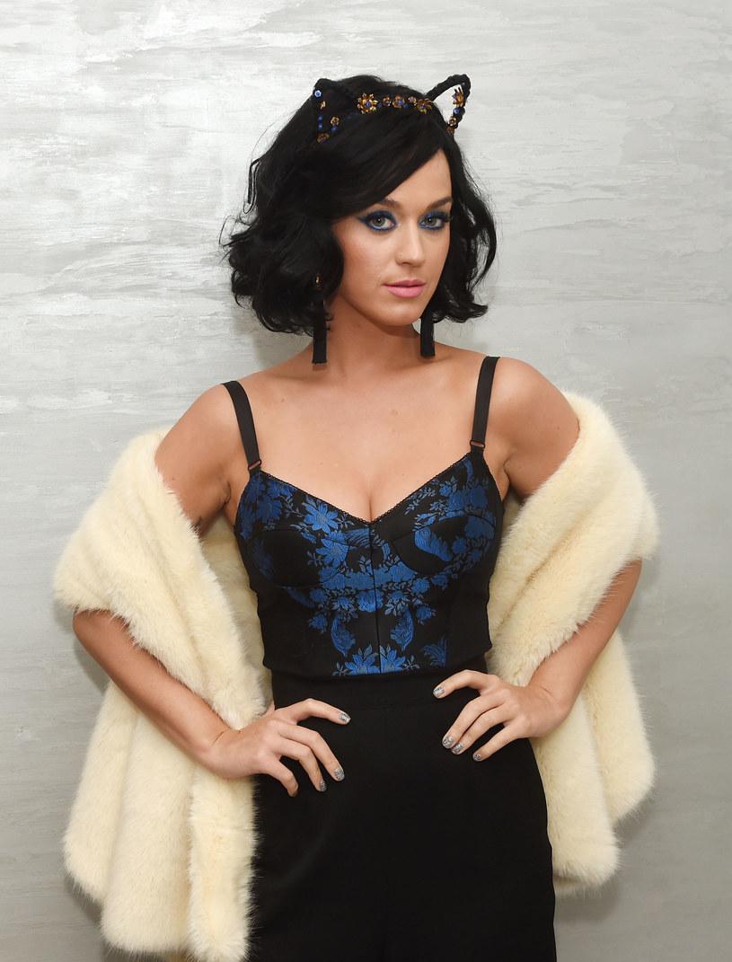 """Katy Perry w rozmowie z magazynem """"Vogue"""" przyznała, że uczęszczanie do psychoterapeuty pomogło jej poradzić sobie ze sławą. Gwiazda opowiedziała również o swoim dzieciństwie w religijnej rodzinie i protestowaniu na koncertach Madonny i Marilyna Mansona."""